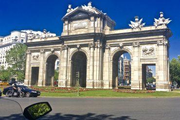 Puerta de Alcala spain travel blogger